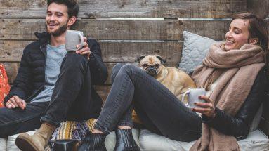 Date Duft: Pärchen sitzt gemütlich zusammen