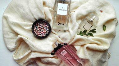 Haltbarkeit von Parfum: Mehrere Düfte auf Tuch ausgebreitet