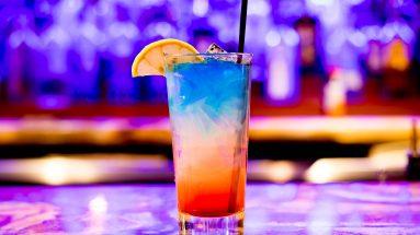 Parfüms für den Club: Bunter Cocktail auf Tresen
