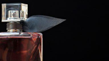 Parfümflakon mit schwarzem Hintergrund